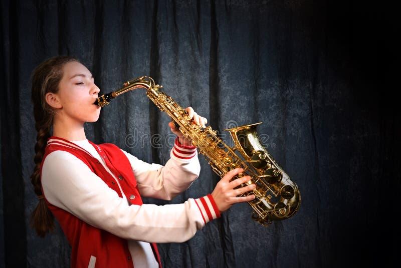 Flicka med saxofonen royaltyfri fotografi