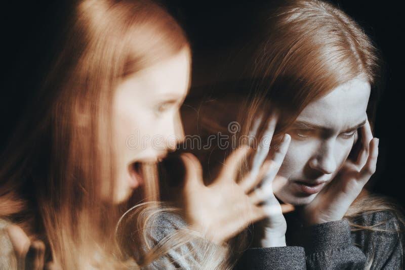 Flicka med schizofrenibeläggningöron arkivbild