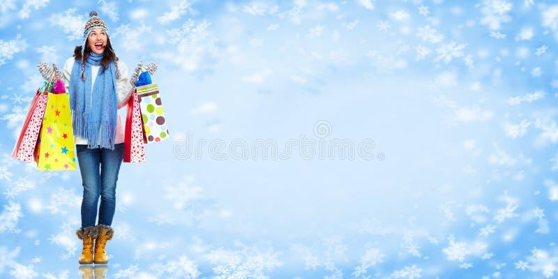 Flicka med shoppingpåsar. Julförsäljning. fotografering för bildbyråer