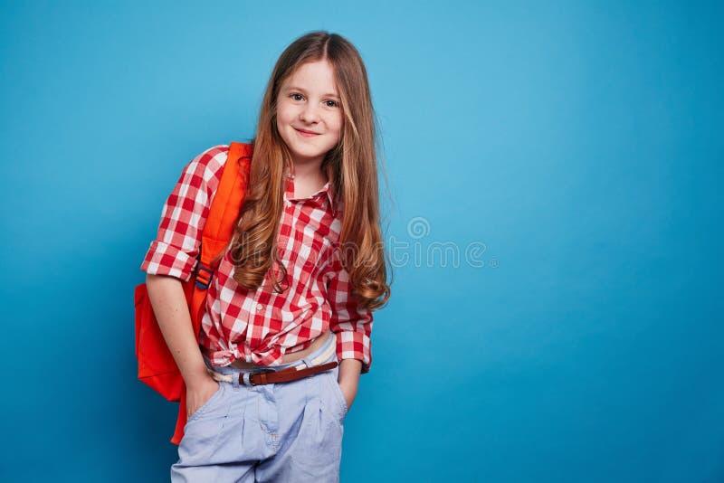 Flicka med skolväskan royaltyfri bild