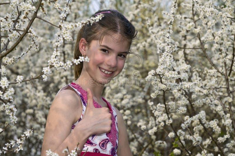 Flicka Med Skratta För Visning För Vita Blommor Reko Arkivbild