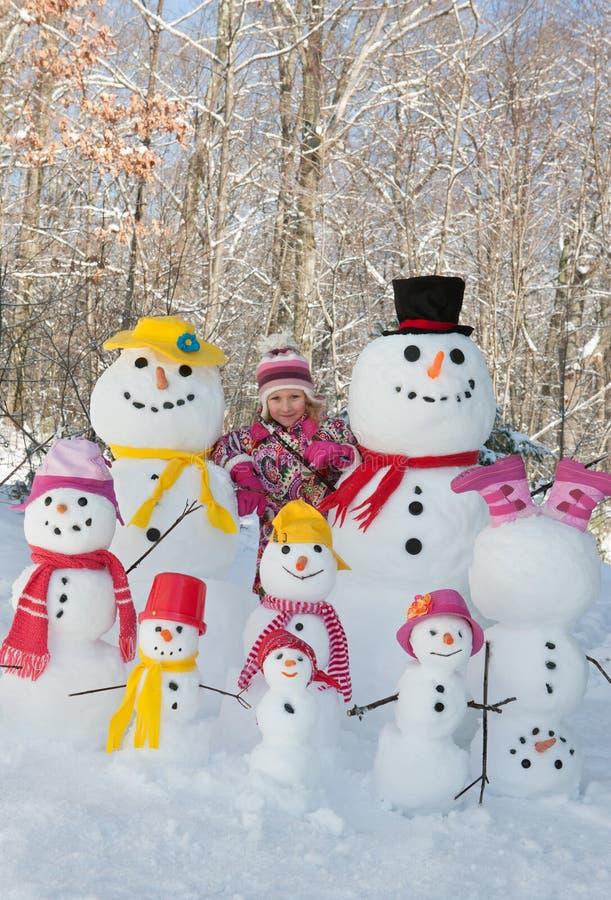Flicka med snögubbear fotografering för bildbyråer