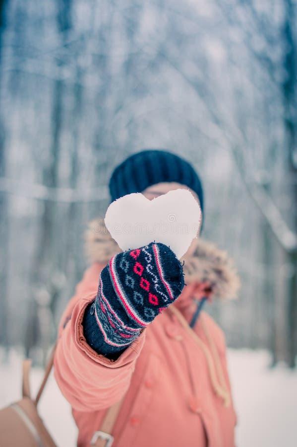 Flicka med snöhjärta fotografering för bildbyråer