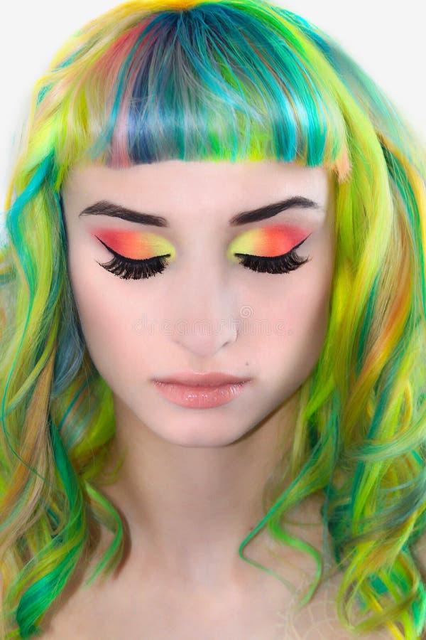 Flicka med stängda ögon och rainbowed hår royaltyfri foto