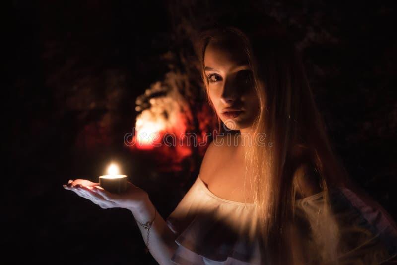 Flicka med stearinljuset förestående royaltyfria foton