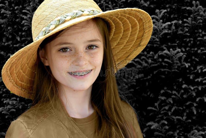 Flicka med sugrörhatten royaltyfria bilder