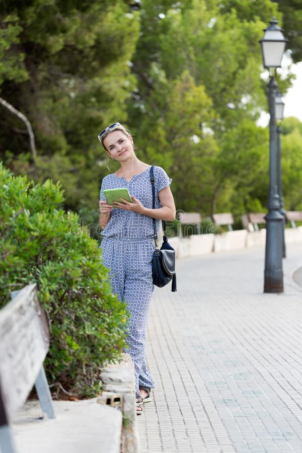 Flicka med tabletdatoren royaltyfria bilder