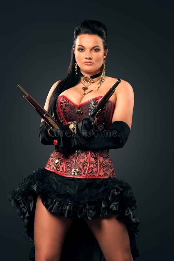 Flicka med tappningvapen i steampunkstil royaltyfri bild
