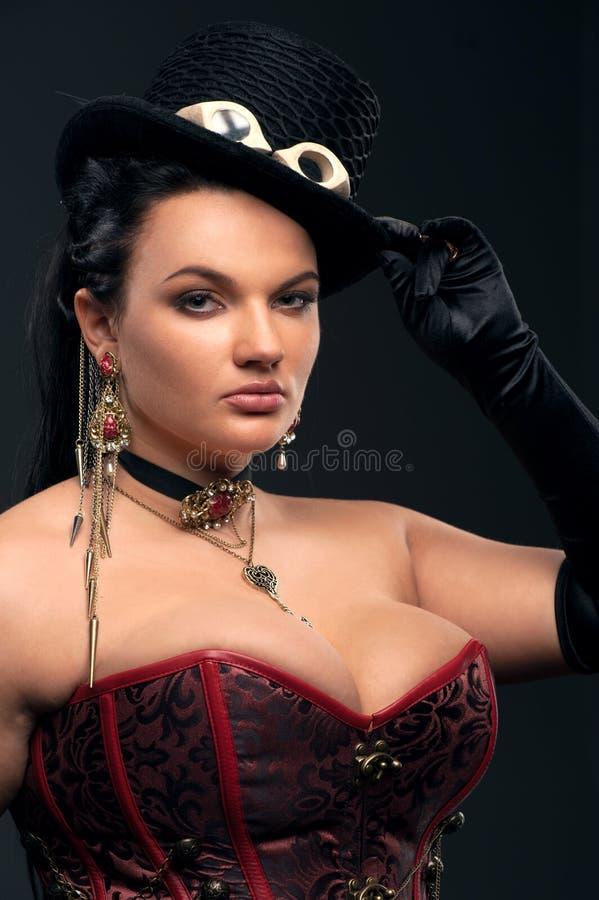 Flicka med tappningvapen i steampunkstil royaltyfri foto