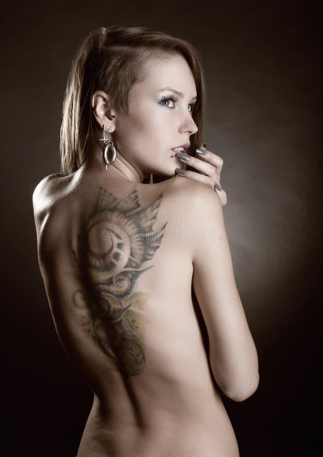 Download Flicka Med Tatueringar Och Piercings Fotografering för Bildbyråer - Bild av manicure, piercing: 27282747