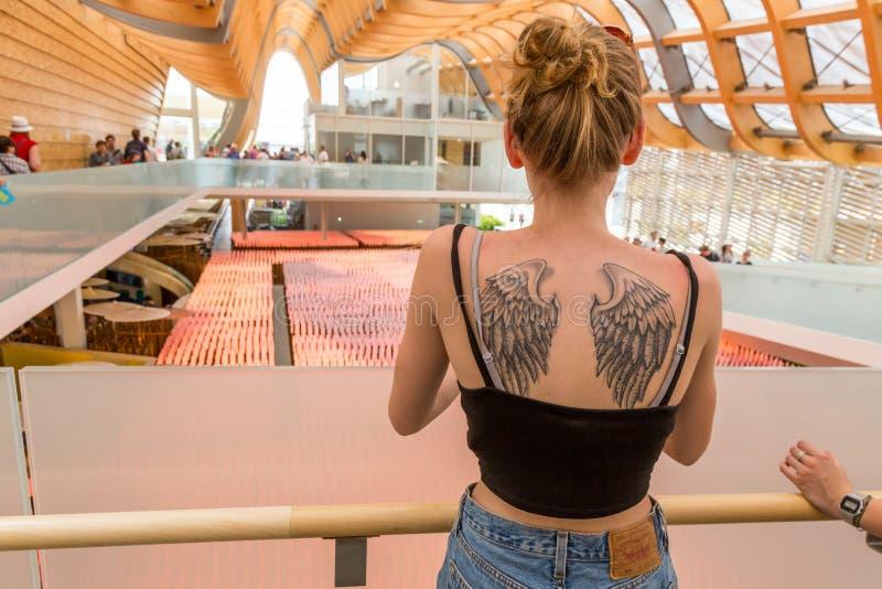 Flicka med tatueringen som besöker den Kina paviljongen på expon 2015 i Milan, arkivbild