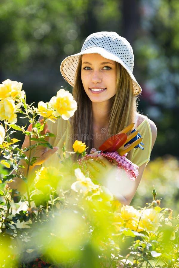 Flicka med trädgårds- hjälpmedel royaltyfria foton