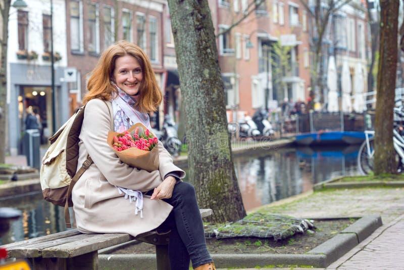 Flicka med tulpan fotografering för bildbyråer