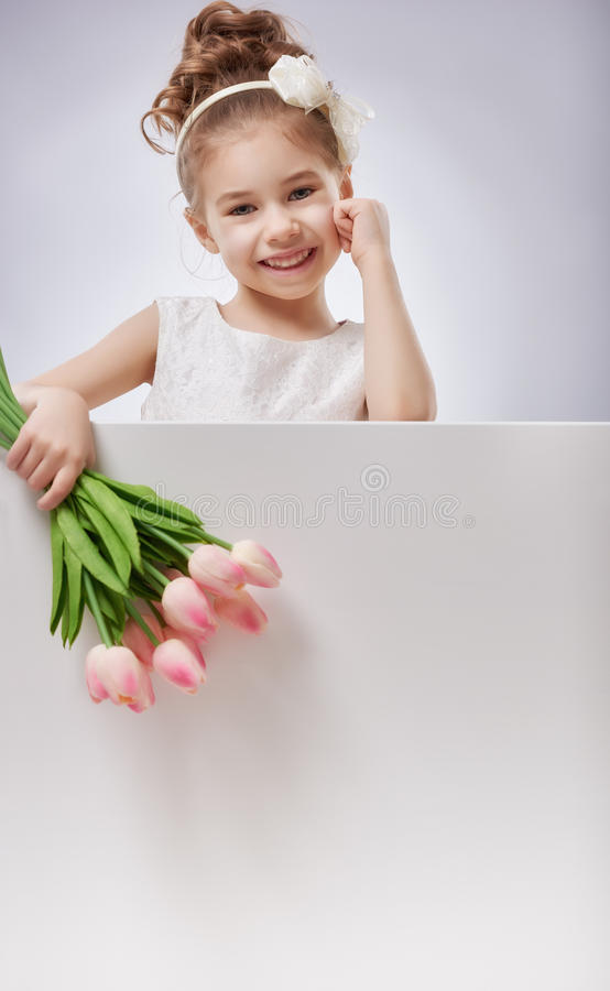 Flicka med vitmellanrumsaffischen royaltyfria foton