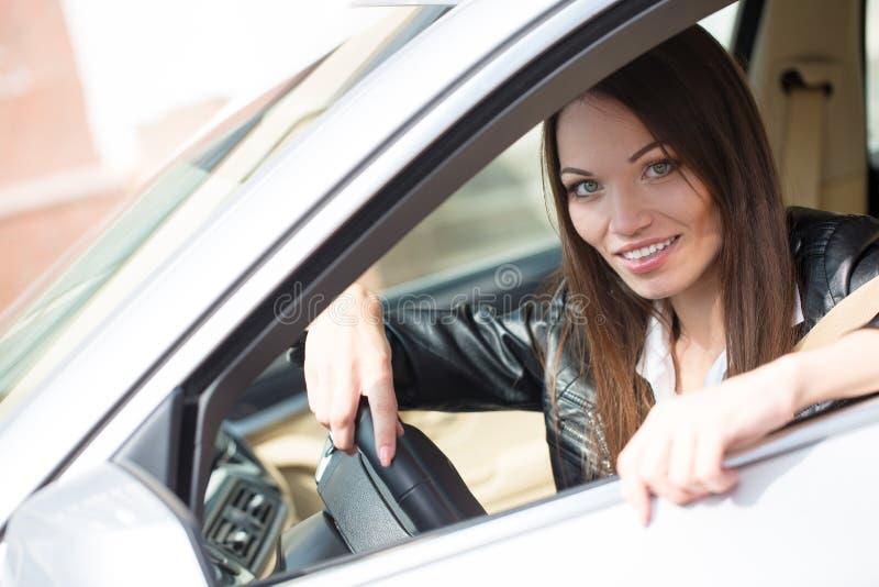 Flicka nära den nya bilen fotografering för bildbyråer