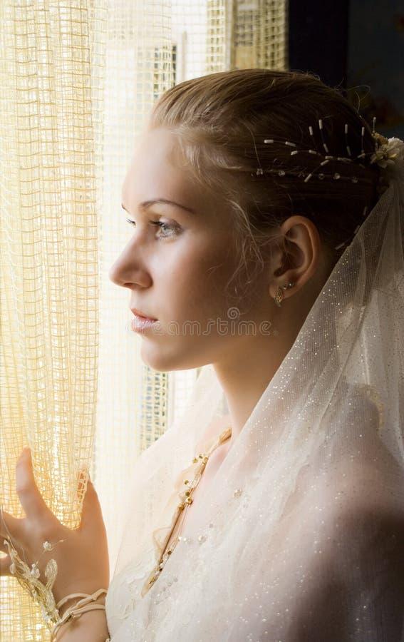 flicka nära fönster royaltyfri fotografi