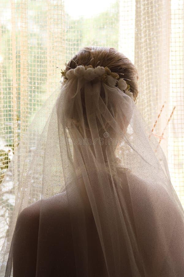 flicka nära fönster royaltyfria foton