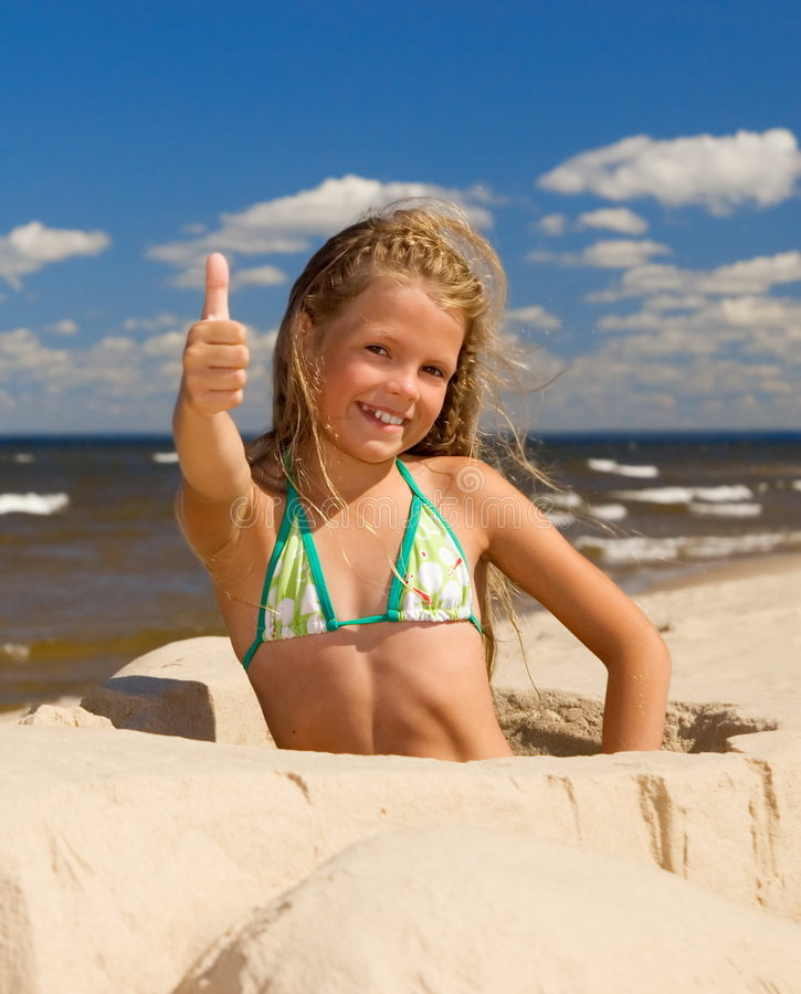 flicka nära havet royaltyfri fotografi
