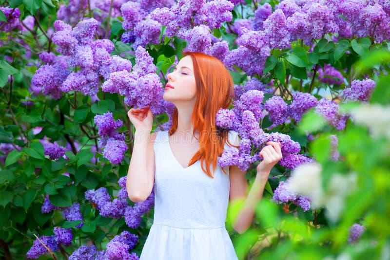 Flicka nära lila träd royaltyfria foton