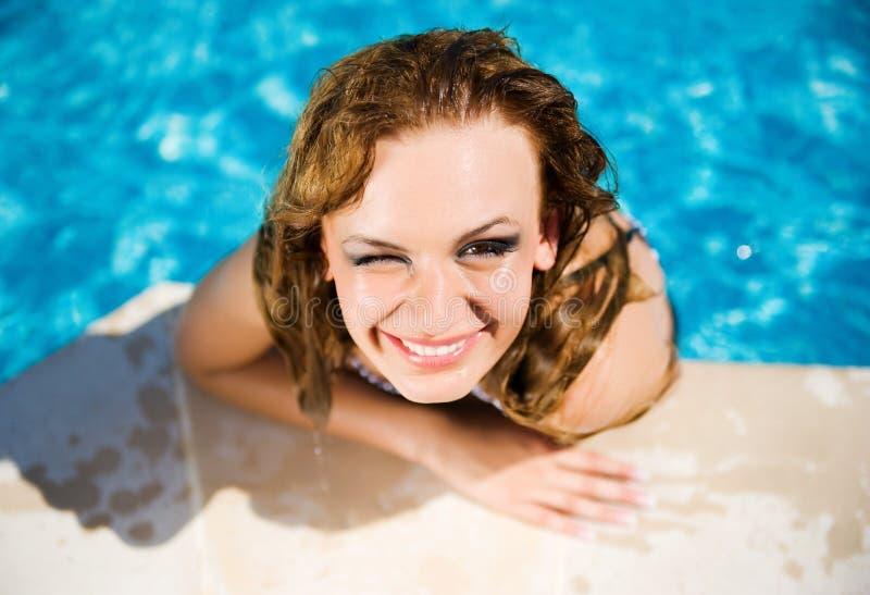flicka nära nätt simning för pöl arkivbilder