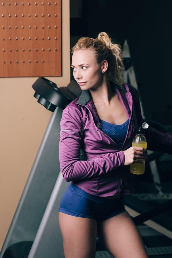 Flicka, når att ha joggat med drinken arkivbilder