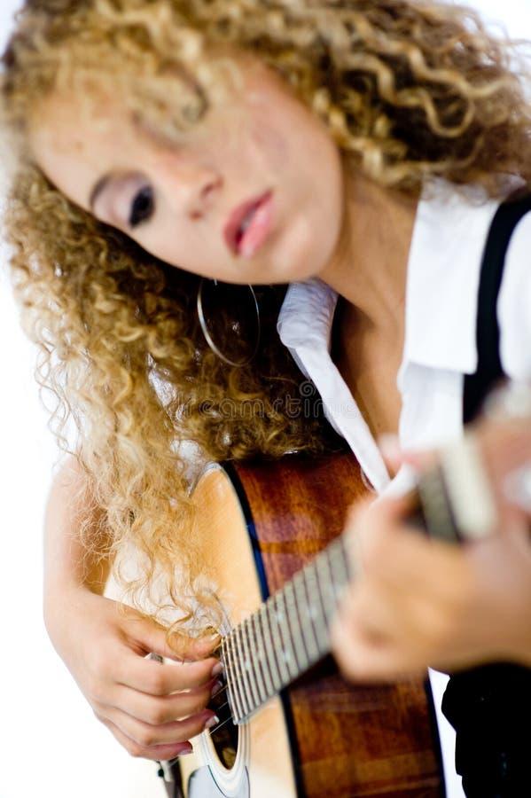 Flicka och akustisk gitarr royaltyfri bild