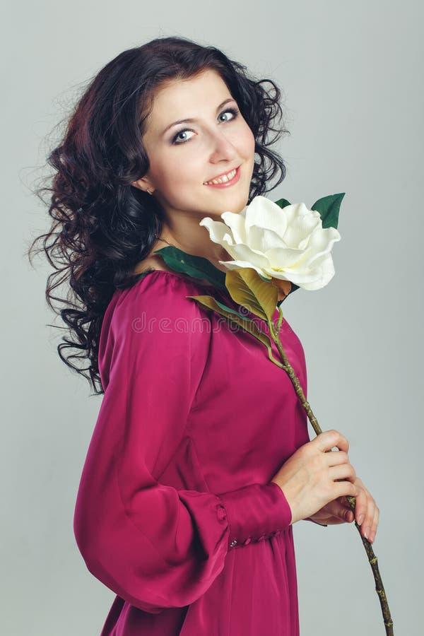 Flicka och blomma arkivbild