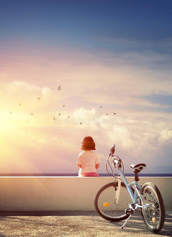 Flicka och cykel arkivbilder