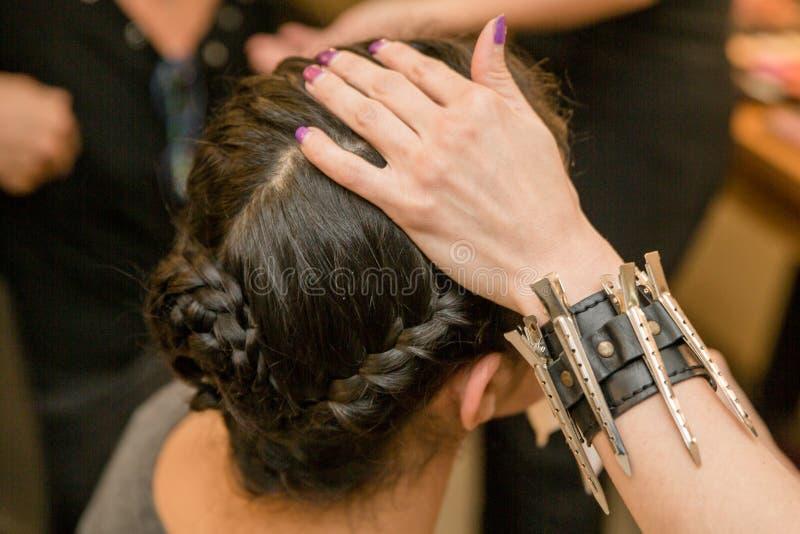 Flicka och härlig frisyr royaltyfria foton