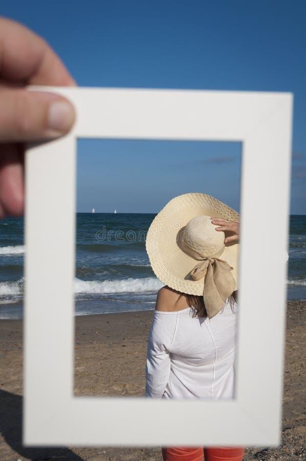 Flicka och havet royaltyfri bild