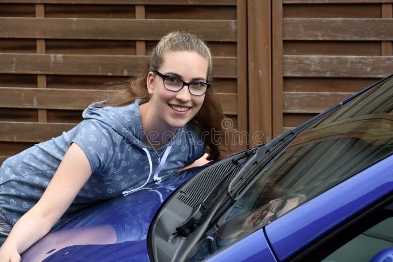 Flicka och hennes första bil royaltyfri foto