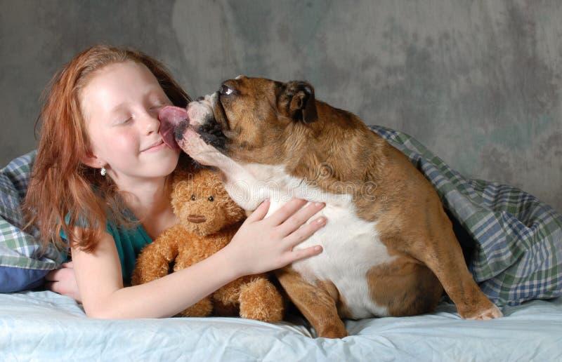 Flicka och hennes hund fotografering för bildbyråer