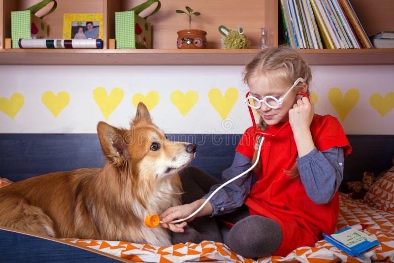 Flicka och hund royaltyfri fotografi