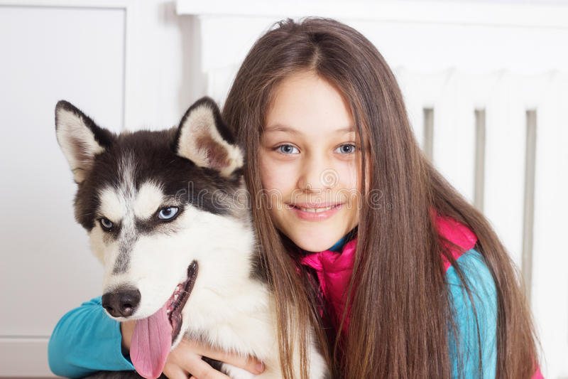 Flicka och hund royaltyfri foto
