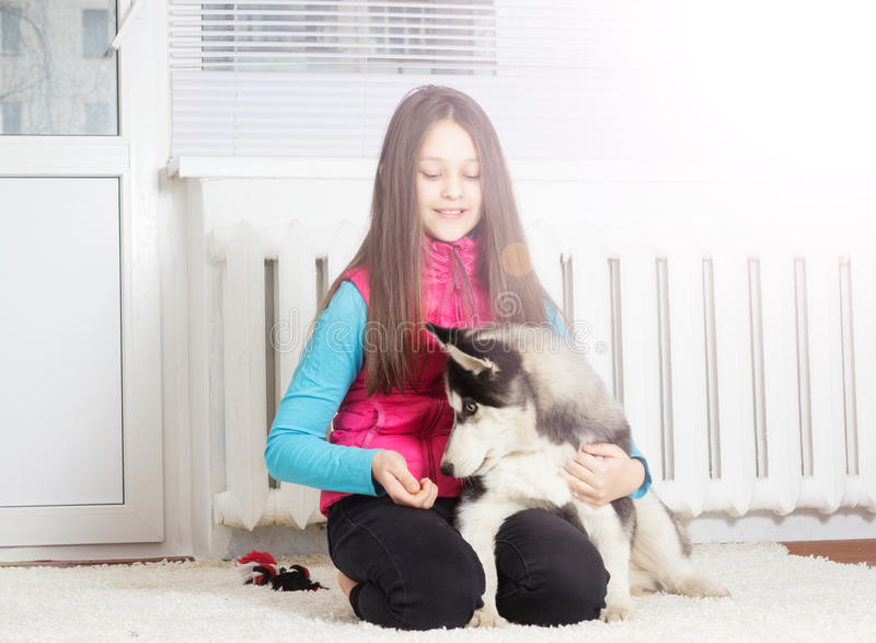 Flicka och hund arkivfoto