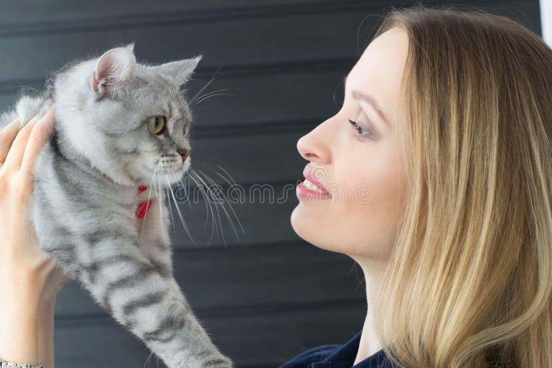 Flicka och katt royaltyfria bilder