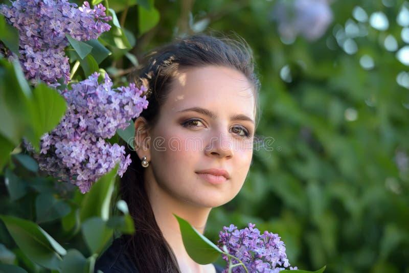 Flicka och lila för brunett tonårig arkivfoto