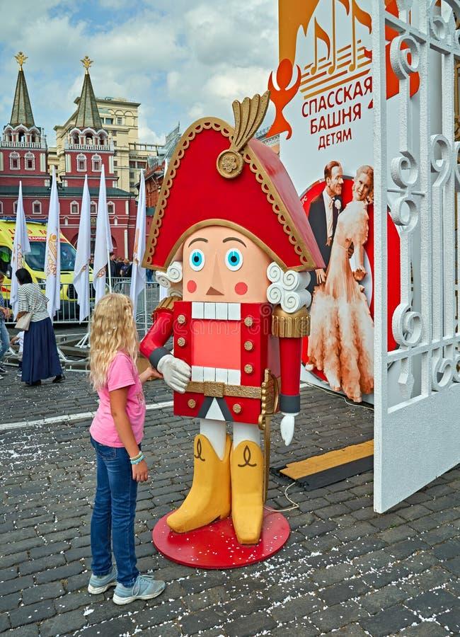 Flicka och nötknäppare på den röda fyrkanten, Moskva, Ryssland arkivfoto