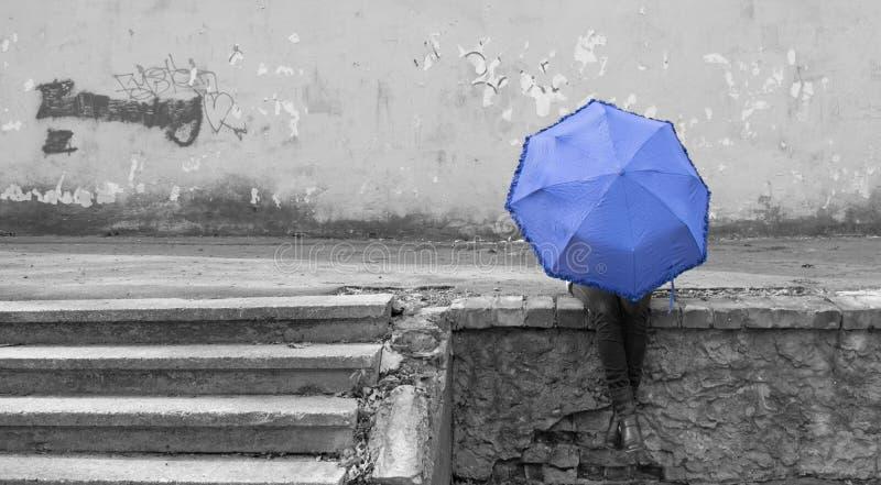 Flicka och paraply arkivfoto