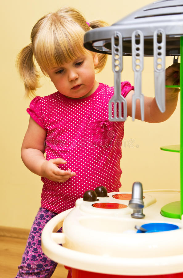 Flicka- och toykök royaltyfria bilder