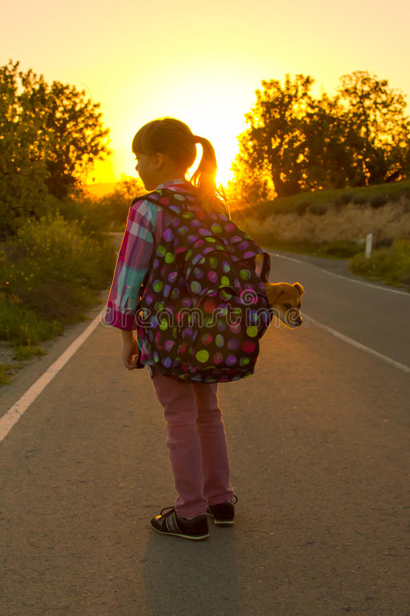 Flicka och valp på vägen