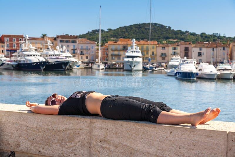 Flicka och yachter på kusten av Saint Tropez arkivbild
