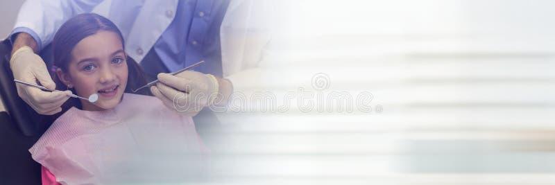 Flicka omkring som får tandläkarekontrollen övre och oskarp vit övergång arkivbilder