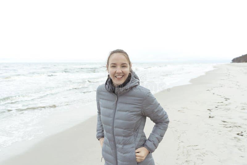 Flicka på Östersjön i ett varmt omslag arkivfoto