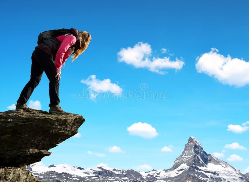 Flicka på överkanten, i bakgrundsberget Matterhorn fotografering för bildbyråer