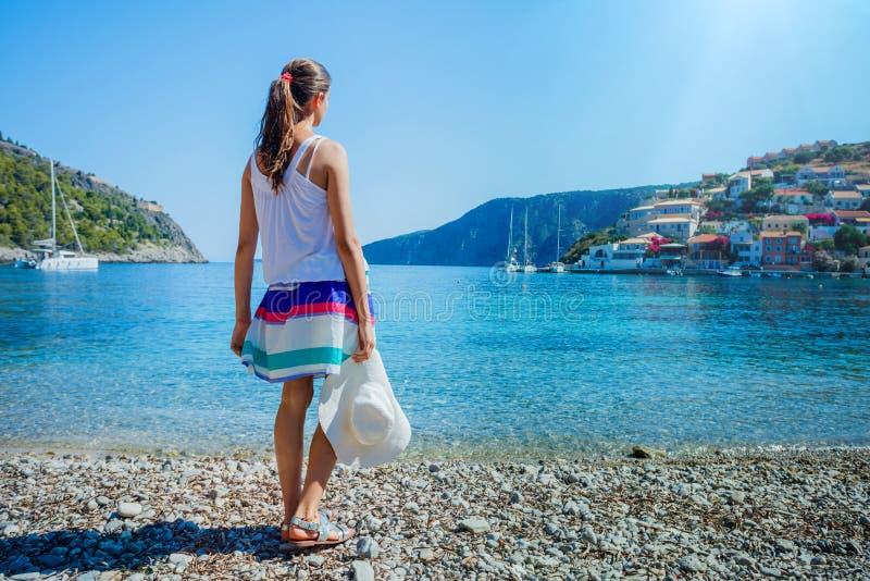 Flicka på Assos på ön av Kefalonia i Grekland royaltyfri fotografi