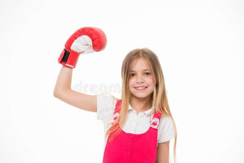Flicka på att le framsidan som poserar med boxninghandsken som isoleras på vit bakgrund Ungeflickan med långt hår vet hur man för royaltyfri fotografi