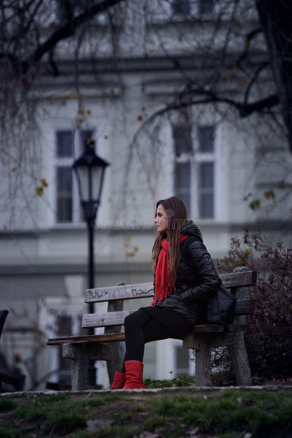 Flicka på bänk fotografering för bildbyråer