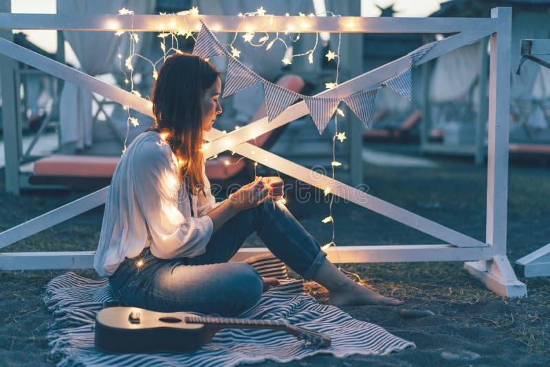 Flicka på bakgrunden av ljusgirlander arkivfoton