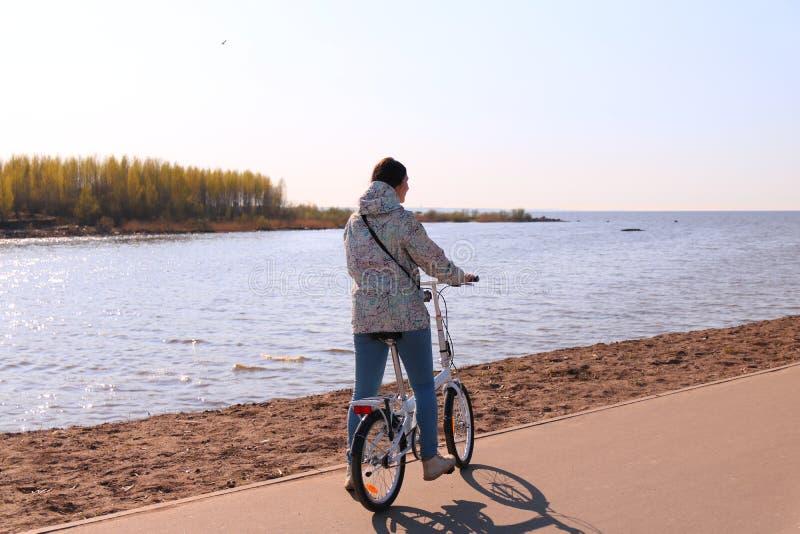 Flicka på cykeln royaltyfria foton